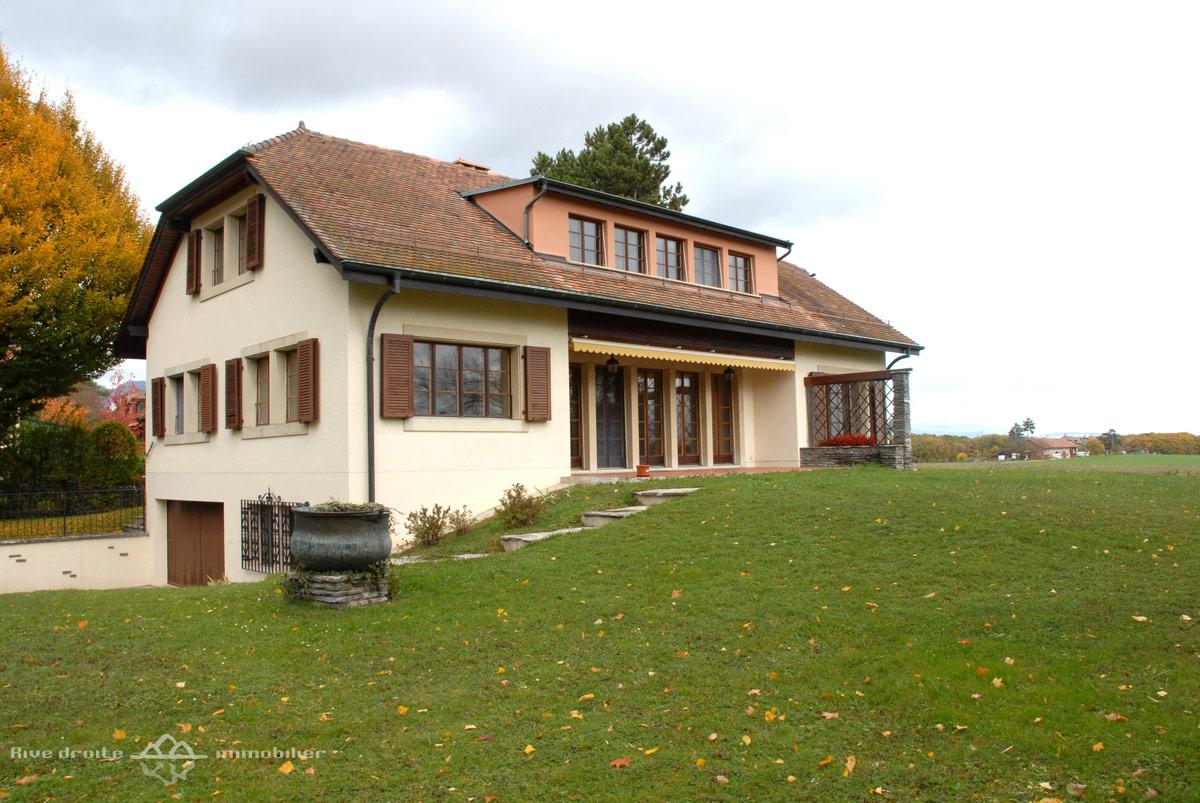 Grande villa traditionnelle de 270m2 collex bossy rive for Facade exterieur villa