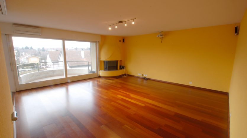 Nice 3 storey 5 rooms + kitchen apartment of approx. 200sqm