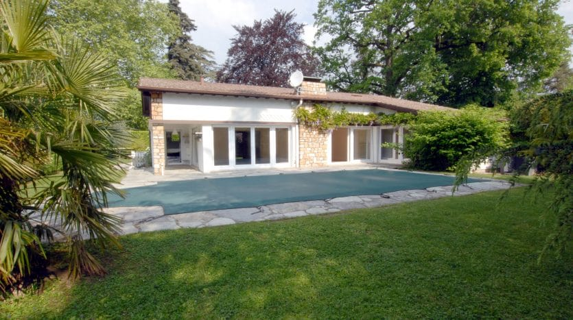 Beautiful bungalow type villa with swimming-pool