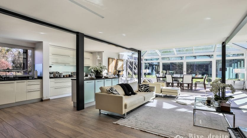 Grande villa moderne rénovée de 350 m2 avec piscine