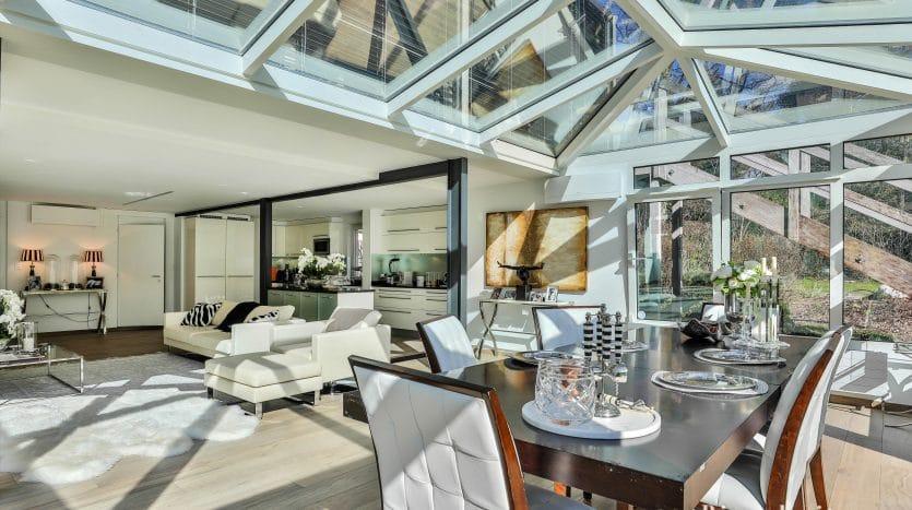 Grande villa moderne rénovée de 350m2 avec piscine et dépendance à Commugny